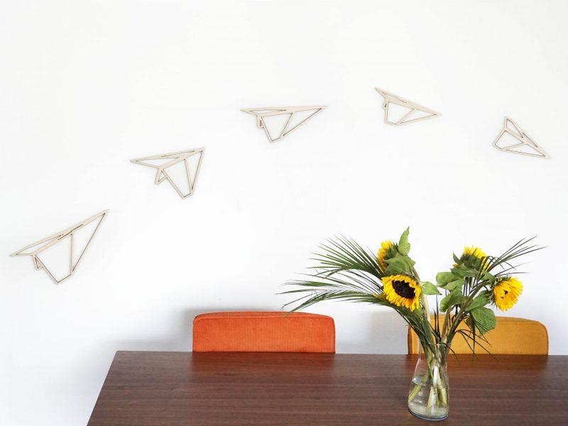 vliegtuigjes van hout bij keukentafel